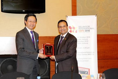 Dr. Tariq Nizami, Founder & CEO of CEO Clubs Network presents a plaque of appreciation to The Honour
